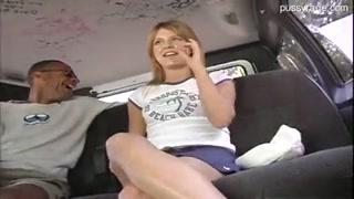 Putinha entra na van e leva uma boa enterrada na peeriquita