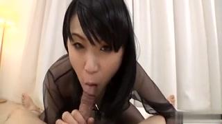 Puta japonesa fazendo serviço ao tesudo tarado.