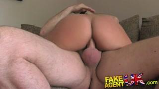 Agente pega gostosa e faz vídeo porno grátis sem ela saber