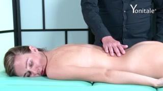 Massagem sexual com dedo na boceta faz cliente gozar