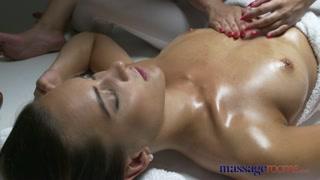 Intimidade na massagem termina com duas mulheres trepando