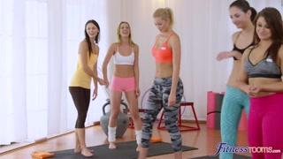 Aula de ginástica e sexo lésbico com gatinhas fitness