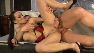 Fêmea deliciosa se pendura nas bolas do amante e dá um fodão