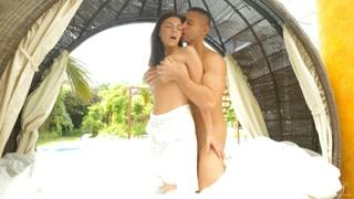 Morena gostosa faz sexo com marido do lado de fora de casa