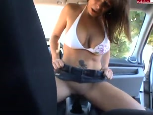 Excitada, mulher faz porno bizarro sentando na marcha