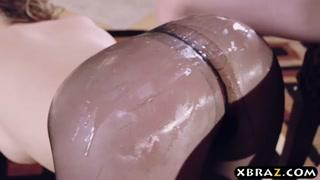 Popozuda leva uns tapas no bumbum e fode com moleque dotadão