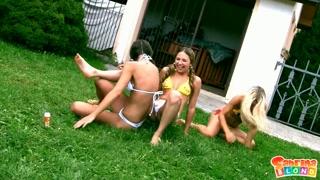 Amigas de biquíni no quintal se agarram pra chupar  bocetas