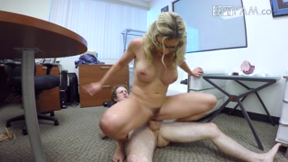 Casal trepa em várias posições e mulher leva surra de cacete