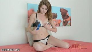 Safadinha liga a webcam pra chupar e meter seu brinquedinho.