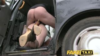 Vadia entra no táxi louca pra foder e chupar pau do taxista
