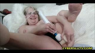 Coroa na webcam se masturba com seus vibradores na boceta