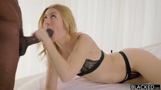 Arrombando a ninfeta em vídeos sexo com loira e negão roludo