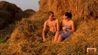 Putaria rural com amantes fodendo sobre uma pilha de feno