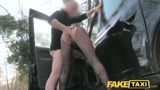 Mulheres gostosa leva uma pegação forte numa foda no mato.