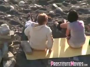 Flagrante de trepada na praia com putinha pagando pau