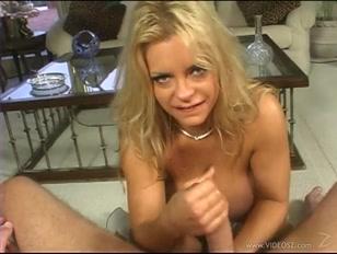 Loira faz massagem no cacetão do macho e toca uma punhetinha