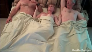 Esposa com dois maridos na cama chupa e fode pra caralho