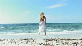 Sereia loira pelada na praia dá show de sensualidade
