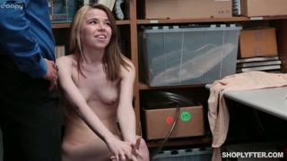 Novinha fica pelada depois de ser flagrada roubando na loja.