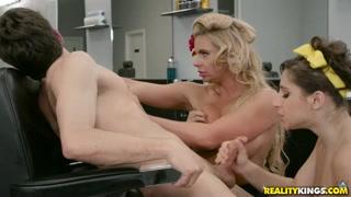 Cabeleireiras taradas chupam e fodem com cliente no salão