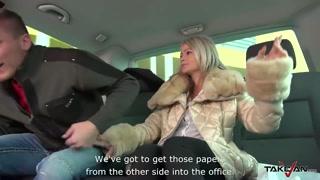 No banco de trás casal fode durante o passeio de táxi