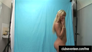 Loira cai em tela erótica ao ficar nua no estúdio de fotos