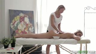 Massagista lésbica excita clientes com carícias e vibrador