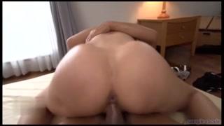 Puta japonesa trepa, chupa e o macho goza na xavasca peluda