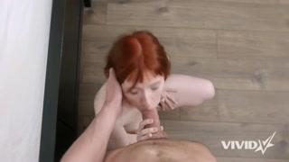 Ruiva faz vídeos eróticos grátis com homem da internet