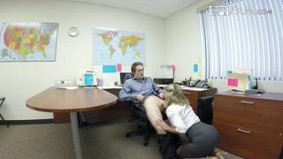 Assistente gostosa faz hora extra de foda e oral com o chefe