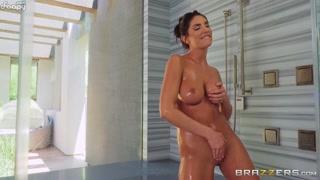 Ao entrar no chuveiro macho acaba em porno quente com gata