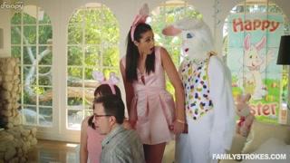 Festa de páscoa com garota chupando o pau do coelhinho