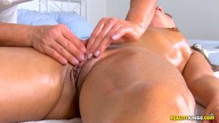 Massagista provoca cliente e come forte a safadinha