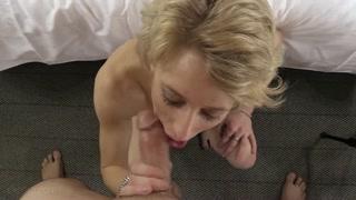 Gostosa mama caralho e levanta as pernas pra levar cravada