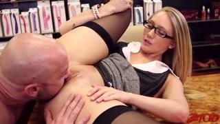 Garota da biblioteca tem orgasmos com chupão e trepada