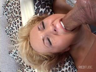 Loira sem nexo quer tomar trancos fortes no buraco anal.