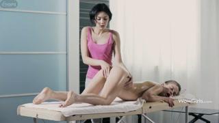 Massagem na ninfeta lésbicas magrinha pingando de tesão.