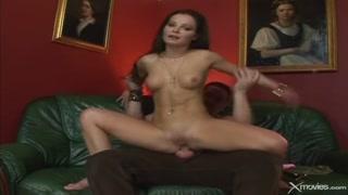 Em vídeo anal morena dá a bunda para macho enfiar