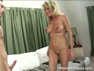 Visita surpresa vira sexo com loira peituda safada