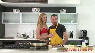 Cozinha masterchef com casal cozinhando e trepando na boa