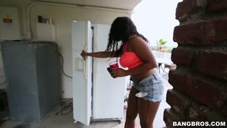 Negra sexy dos peitões grandes dá show de putaria com negão