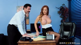 Putaria no escritório com chefe gostosa pelada na mesa