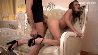Garota engole todo o pau do macho em vídeos porno