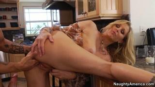 Dona de casa fode com amante na cozinha geme feito cadela