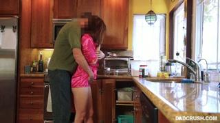 Casal se agarra pra foder na cozinha com muito fogo e paixão