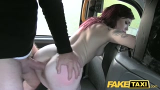 garota sem grana pra corrida leva fodão do taxista pauzudo.