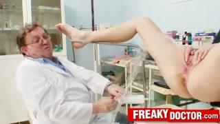 Pacientes gostosas gozam no consultório com dedada no cu
