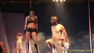 Show ao vivo bizarro de mais mas erótico ao mesmo tempo.