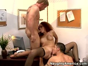 Estagiária do naughtyamerica fode com dois atores porno