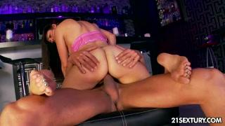 Potranca faz porno fantasia ao transar no bar com macho